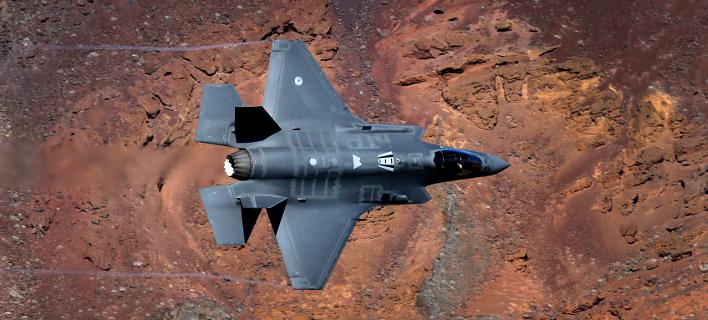 Ενα F-35 της Lockheed Martin διασχίζει το αποκαλούμενο «Star Wars Canyon» στην Καλιφόρνια. (Φωτογραφία: AP)