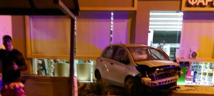 Σούδα: Αυτοκίνητο προσγειώθηκε στην είσοδο φαρμακείου [εικόνες]