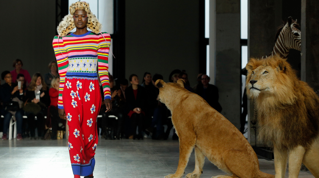 Θαρραλέο μοντέλο στην επίδειξη μόδας στο Παρίσι, υπό το βλέμμα δύο λιονταριών -Φωτογραφία: AP Photo/Thibault Camus