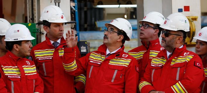 Ο Φατίχ Ντονμέζ (στη μέση) επιθεωρεί το γεωτρύπανο «Πορθητής» / Φωτογραφία: AP Images