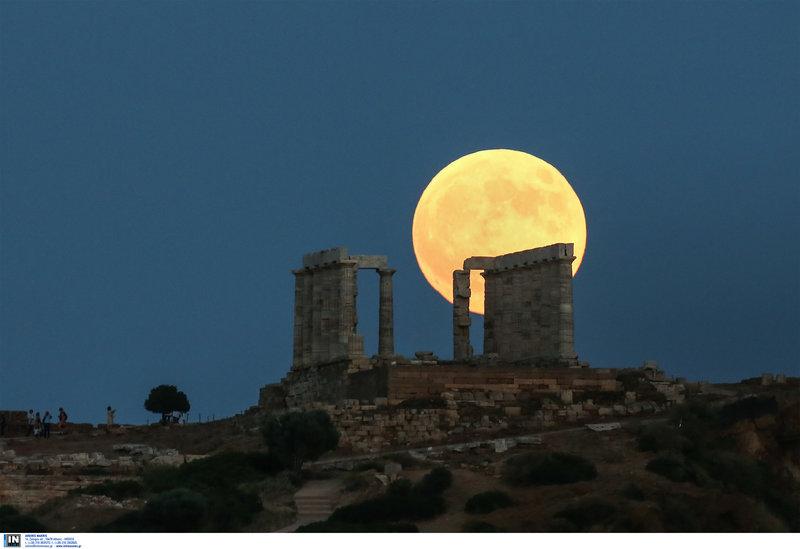 Το φεγγάρι πάνω από τον ναό του Ποσειδώνα στο Σούνιο -Φωτογραφίες: INTIMENEWS/ΛΙΑΚΟΣ ΓΙΑΝΝΗΣ