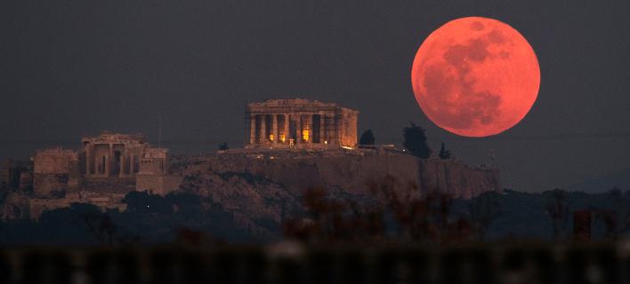 Μπλε, ματωμένη και σούπερ σελήνη (Φωτογραφία: AP Photo/Petros Giannakouris)