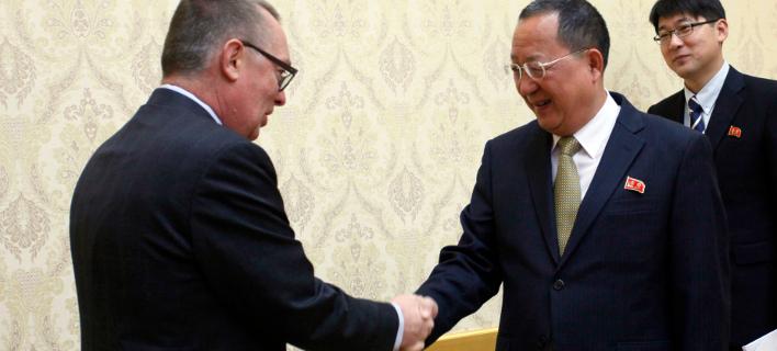 Αριστερά ο αναπληρωτής ΓΓ του ΟΗΕ, Τζέφρι Φέλτμαν, δεξιά ο ΥΠΕΞ της Β. Κορέας Ρι Γιονγκ Χο// ΦΩΤΟ: ΑΡ