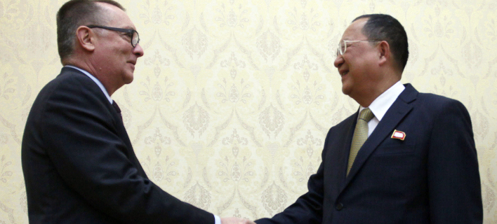 Ο Τζέφρι Φέλτμαν με τον ΥΠΕΞ της Β. Κορέας (Φωτογραφία: AP/ Jon Chol Jin)