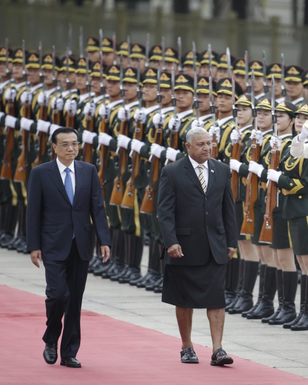 Με σανδάλια και φούστα ο πρωθυπουργός των Φίτζι στην Κίνα!![photos]