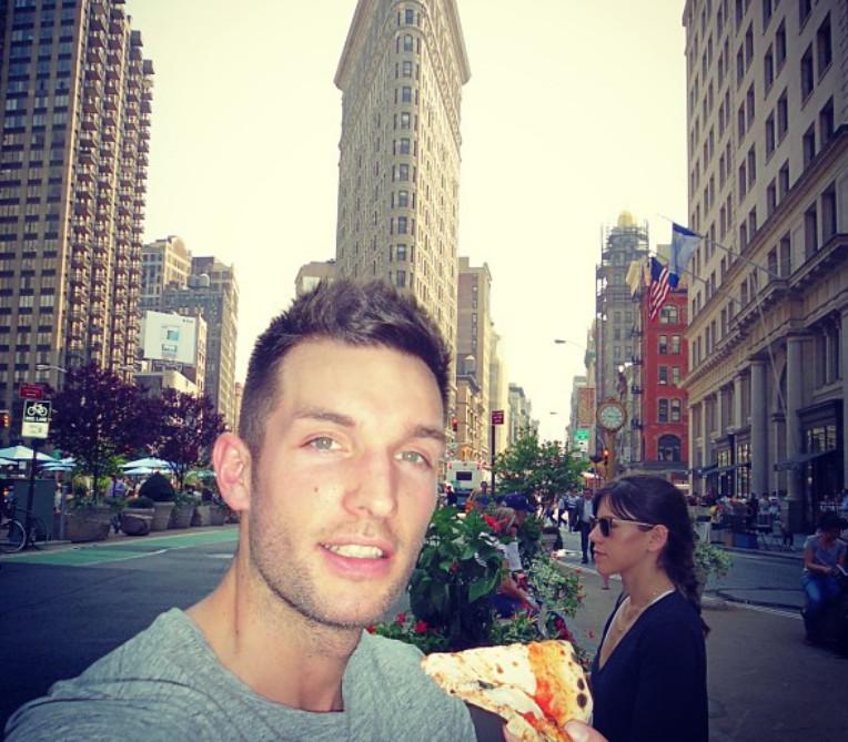 Αυτή είναι ζωή: Σέξι άνδρας ταξιδεύει όλο τον κόσμο, τρώει παντού πίτσα  και γίνεται viral