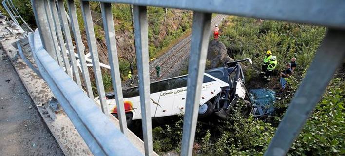 Λεωφορείο συγκρούστηκε με Ι.Χ. και έπεσε από γέφυρα (Φωτογραφία: Twitter)