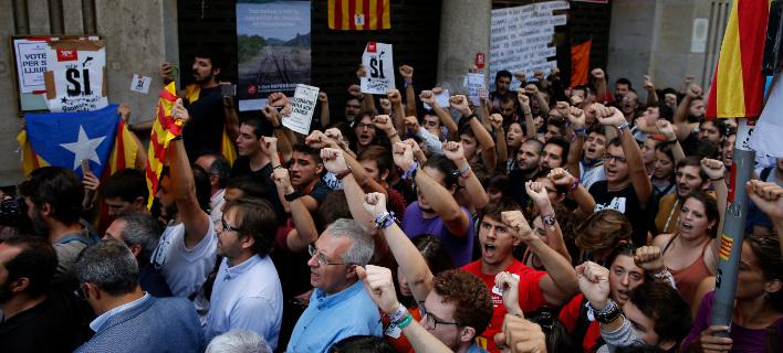 Οι εθνοφύλακες απεγκλωβίστηκαν χάρη στους Mossos d' Esquadra (Φωτογραφία: ΑΡ)