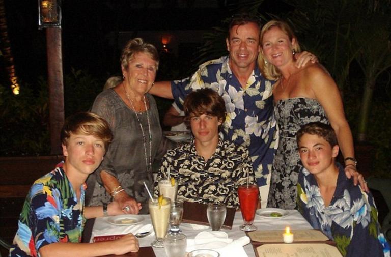 Στα αριστερά ο άτυχος νεαρός. Στη φωτογραφία διακρίνονται ο μεγαλύτερος αδερφός του, ο πατέρας του και ο θετός αδερφός του