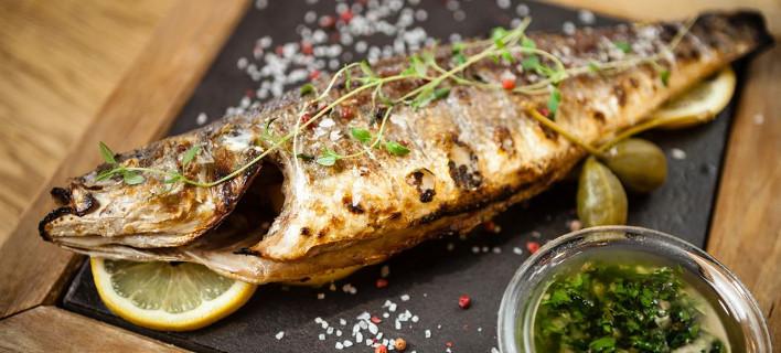 Ενα ψάρι ψημένο στη σχάρα, Φωτογραφία: Shutterstock/Maksim Toome