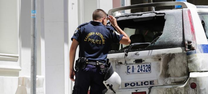 Από την επίθεση στο σπίτι του Αλέκου Φλαμπουράρη στα Εξάρχεια -Φωτογραφία: Sooc/Aris Oikonomou