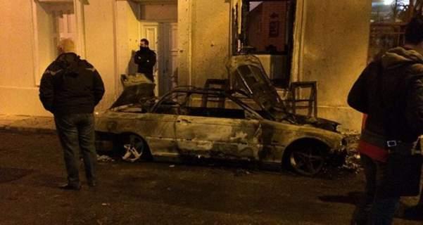 Επίθεση με μολότοφ στο σπίτι του Αλέκου Φλαμπουράρη - Πήραν φωτιά αυτοκίνητα [εικόνες]