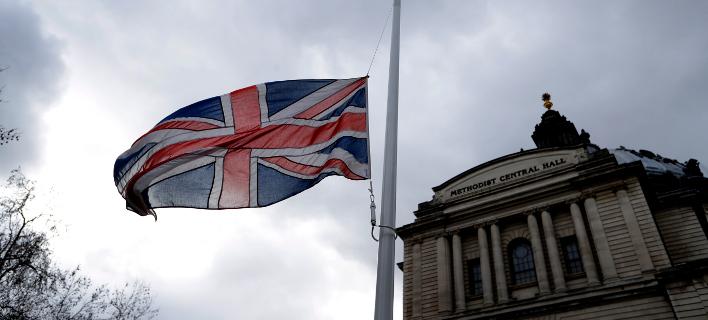 Μεσίστιες οι σημαίες στη Μ.Βρετανία για τα θύματα στη Ν.Ζηλανδία (Φωτο: ΑΡ)