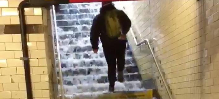 Ασταμάτητη βροχή στη Νέα Υόρκη -Πλημμύρισε το μετρό, καταρράκτες οι σκάλες [εικόνες]