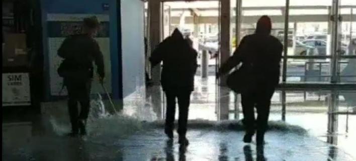 Η στάθμη του νερού έφθασε τα 7 εκ. στον τερματικό σταθμό 4 του αεροδρομίου JFK (Φωτογραφία: YouTube)
