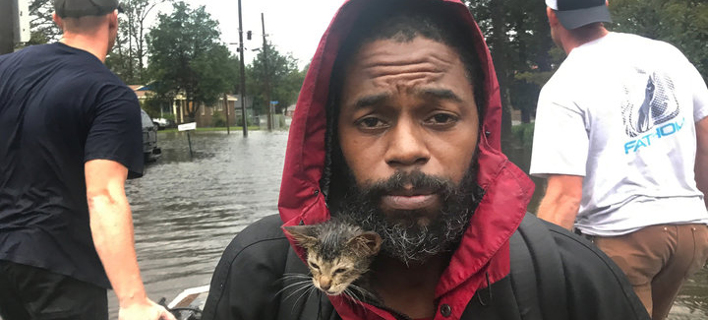 Ανδρας πρπσπαθεί να σωσεί από τον κυκλώνα Φλόρενς/ Φωτογραφία: TWITTER