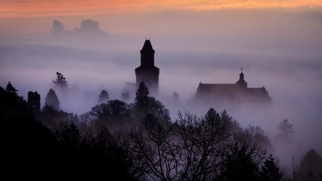 Βγαλμένο από παραμύθι λες, σκεπασμένο από την ομίχλη, το κάστρο του Κρόνμπεργκ στη Φρανκφούρτη -Φωτογραφία: AP Photo/Michael Probst