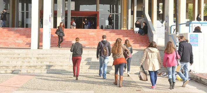 Φωτογραφία: teiath.gr/ Ο Γαβρόγλου δίνει πτυχίο πανεπιστημίου και στους αποφοίτους των ΤΕΙ