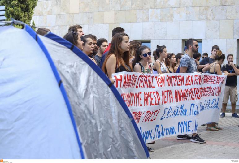 Φοιτητές έξω από το δημαρχείο Θεσσαλονίκης διαμαρτύρονται για τη φοιτητική στέγη-Φωτογραφία: Φανή Τρυψάνη