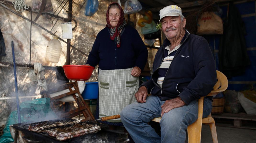 Γιάννης Παπαδόπουλος 85 ετών, Κατερίνα 81 χρονών στη Φολέγανδρο: Απλή ζωή και ευτυχία -Φωτογραφία: ΑΠΕ-ΜΠΕ/ΓΙΑΝΝΗΣ ΚΟΛΕΣΙΔΗΣ