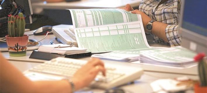 Ξεκινάει δειλά η φορολόγηση εταιρικών κινητών, καρτών και δανείων – Πώς θα γίνεται η παρακράτηση