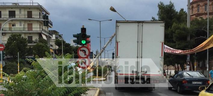 Ο οδηγός του φορτηγού δεν μπορεί να το μετακινήσει γιατί σε αυτό στηρίζεται η κολώνα