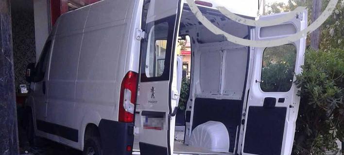 Θεσσαλονίκη: Μικρό φορτηγό κατέληξε σε... κομμωτήριο [εικόνες]