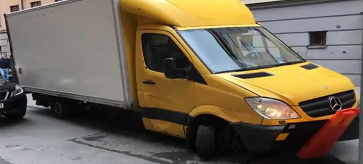 Στοκχόλμη: Κλεμμένο φορτηγάκι έπεσε πάνω σε αυτοκίνητα