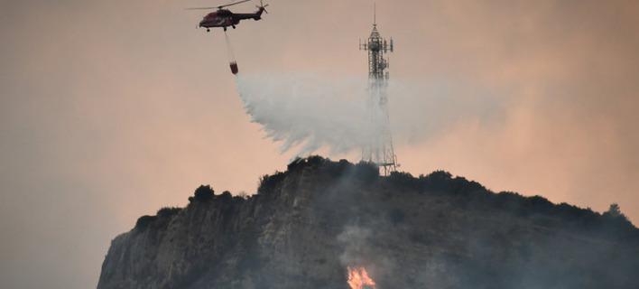 Επίγειες και εναέριες δυνάμεις στη μάχη με τις φλόγες. Φωτογραφία: Eurokinissi