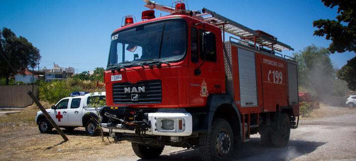 Πυρκαγιά στη Σαρωνίδα -Επιχειρούν και εναέρια μέσα