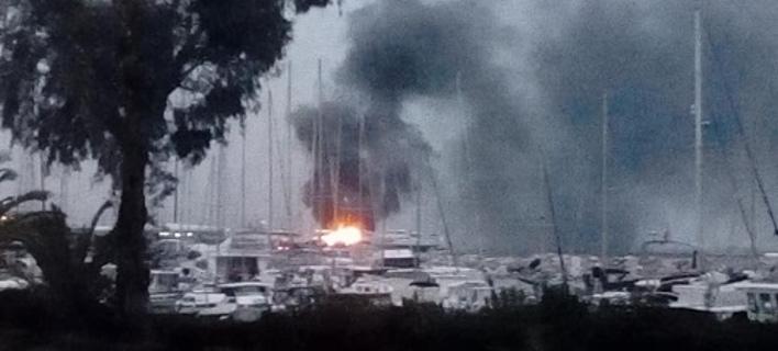 Φωτιά σε ιστιοφόρα στην Πάτρα/ Φωτογραφία: patrastimes
