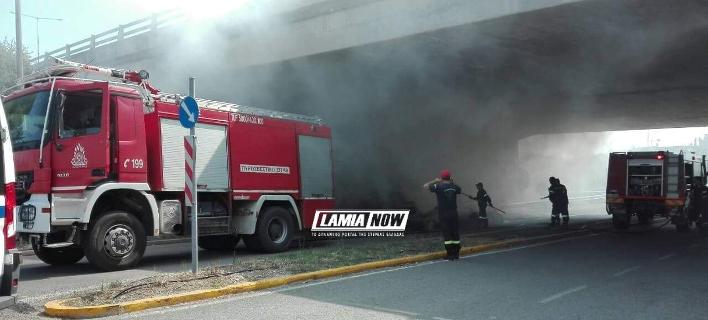 Πυρκαγιά σε πλατφόρμα γεμάτη άχυρο στη Λαμία [εικόνες]