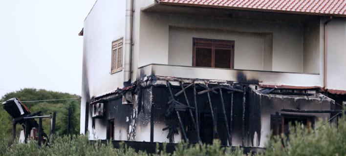 Συγκλονίζει ο γιος του Μπίκα - Η φωτογραφία με το καμένο σπίτι και τον σκύλο αγκαλιά