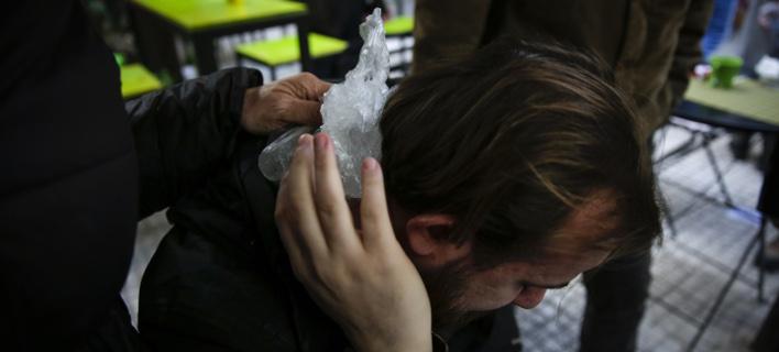Φωτορεπόρτερ τραυματίστηκε στα επεισόδια (Φωτογραφία: EUROKINISSI/ΣΤΕΛΙΟΣ ΜΙΣΙΝΑΣ)
