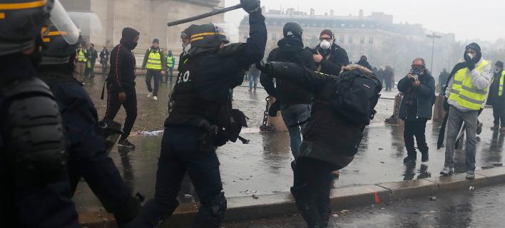 Τουλάχιστον 100 άτομα τραυματίστηκαν σοβαρά στο όργιο βίας του περασμένου Σαββάτου (Φωτογραφία: ΑΡ/Thibault Camus)