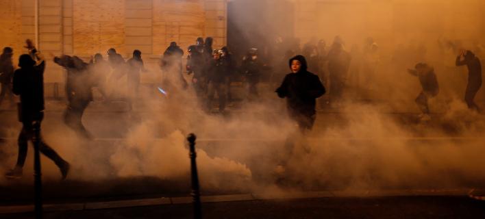 Διαδηλωτές τρέχουν για να αποφύγουν τα δακρυγόνα. Φωτογραφία: AP