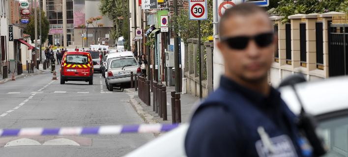 Ο δράστης χτυπούσε με κλωτσιές και μπουνιές τους αστυνομικούς (Φωτογραφία αρχείου: AP/ Christophe Ena)