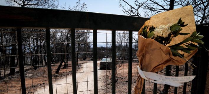 Αφήνουν λουλούδια στο οικόπεδο της φρίκης στο Μάτι -Στη μνήμη των ανθρώπων που έχασαν τη ζωή τους [εικόνες]