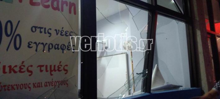 Αυτοκίνητο καρφώθηκε σε φροντιστήριο στη Βέροια (Φωτογραφία: veriotis)