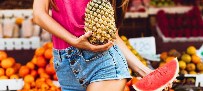 Μια γυναίκα αγοράζει φρούτα, Φωτογραφία: Shutterstock