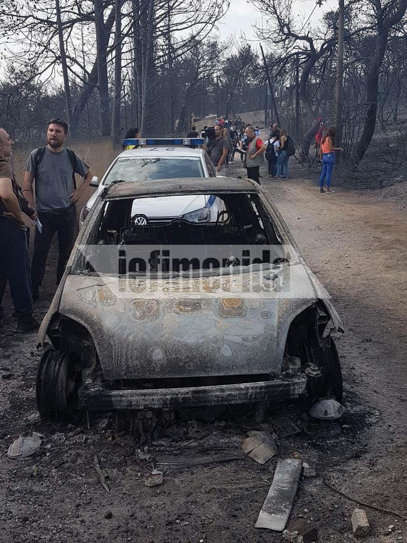 Αφησαν τα ΙΧ τους στη μέση του δρόμου γιατί τους πρόλαβε η φωτιά