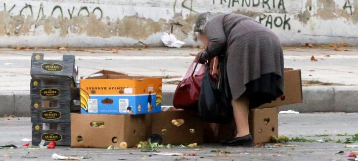 Γυναίκα μαζεύει τα απομεινάρια από τη λαϊκή /Φωτογραφία Αρχείου: Intime News