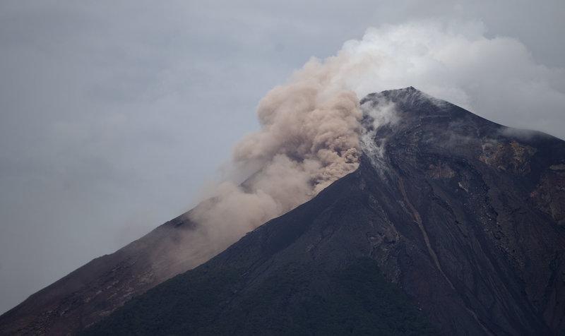 Νέα ισχυρή έκρηξη στην κορυφή του ηφαιστείου προκάλεσε μια βροχή ηφαιστειακής τέφρας