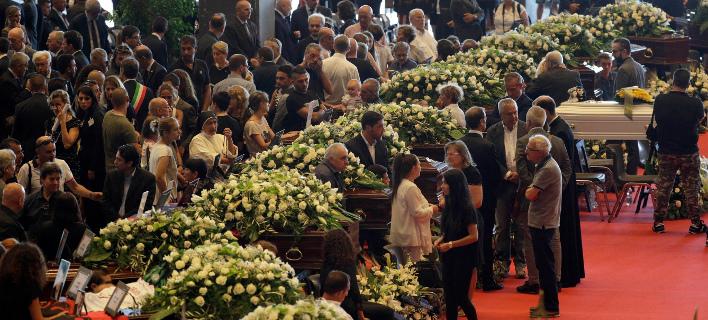 Πάνω από 5.000 άτομα θα παρακολουθήσουν σήμερα την κηδεία 16 εκ των θυμάτων. Φωτογραφία: AP