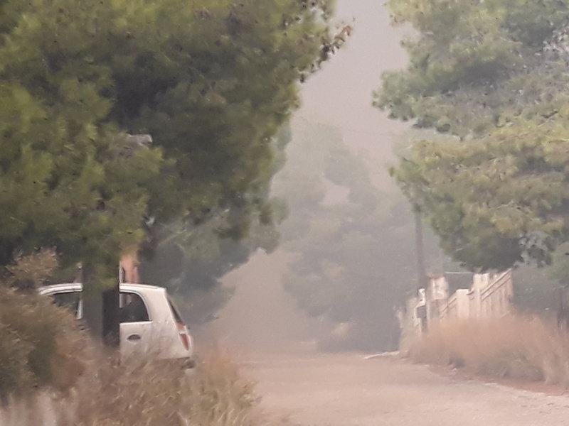 Οι καπνοί πνίγουν την περιοχή.