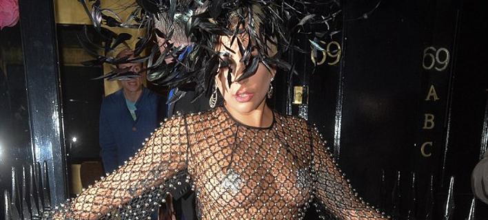 Κι όμως το φόρεσε και αυτό: Με δίχτυ και φτερά στο κεφάλι η Lady Gaga [εικόνες]