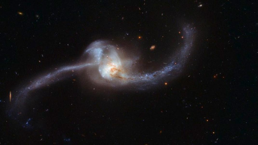 Η ένωση δύο γαλαξιών 250.000 έτη φωτός μακριά, στον αστερισμό του Καρκίνου- Φωτογραφία: EPA/ESA/Hubble & NASA