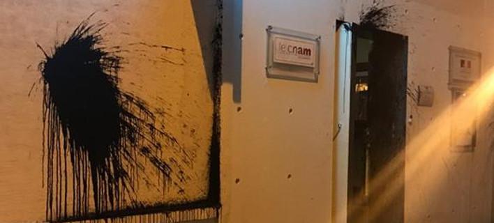 Κενό ασφαλείας λίγο πριν την άφιξη Μακρόν -Επίθεση με μπογιές στο Γαλλικό Ινστιτούτο [εικόνα]