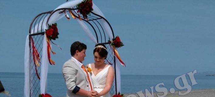 Ο γάμος δύο γυναικών στην Κρήτη κάνει το γύρο του Facebook -Ερωτευμένες στην παραλία [εικόνες & βίντεο]