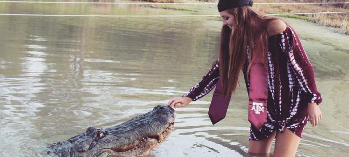 Η Αμερικανίδα φοιτήτρια Μακένζι Νόλαντ ποζάρει με τον Big Tex (Φωτογραφία: William Hammonds/Gator Country)